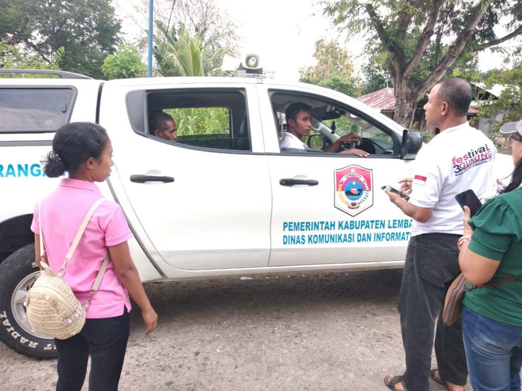 Kadis kominfo Markus labi,S.Sos memonitoring Petugas yang sedang menyebarluaskan informasi tentang Bahaya Virus Covid -19 di Kecamatan Lebatukan, Jumad, 27 Maret 2020 pukul 17.30 Wita.