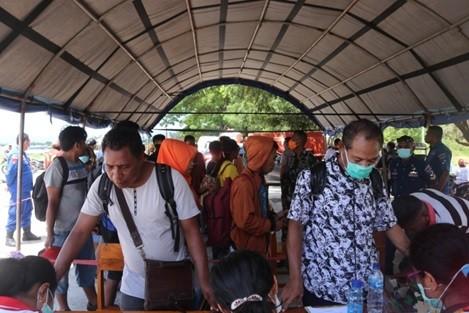 Suasana pendataan penumpang yang datang di pelabuhan Laut Lewolba pada Jumad,03 April 2020.